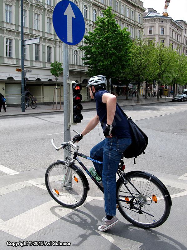 אופניים בעיר עם רמזור מיוחד