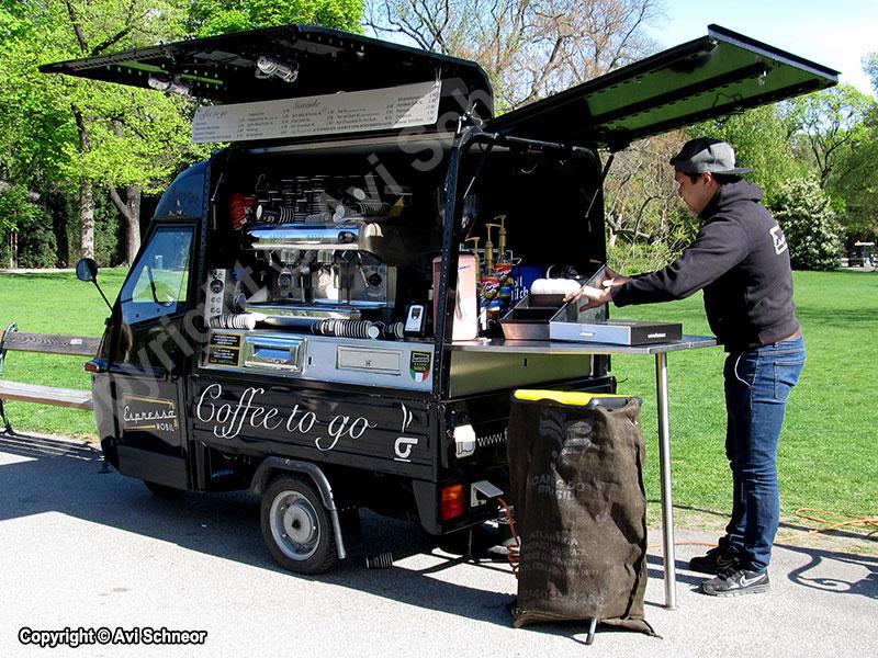 מכונת קפה מקצועית בדוכן נייד