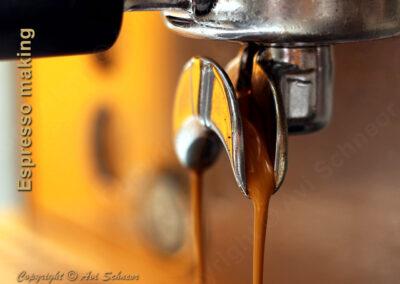 אספרסו שנחלט ממכונת קפה חצי אטומטית Espresso extracted from a semi-auto coffee machine