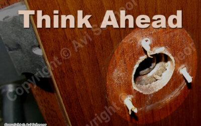 לא עוד קיסמי עץ בדלתות – אלוהים נמצא בפרטים הקטנים